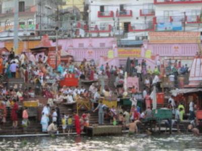 Buntes Treiben am Ganges-Ufer in Haridwar