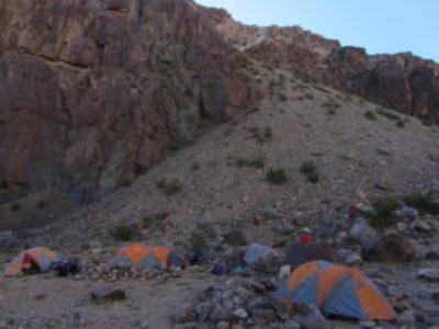 ...die erste Nacht senkt sich über die Zelte.